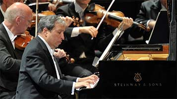 Murray Perahia performs Beethoven's Piano Concerto No. 4 with the Vienna Philharmonic Orchestra at the BBC Proms. Photograph: BBC/Chris Christodoulou