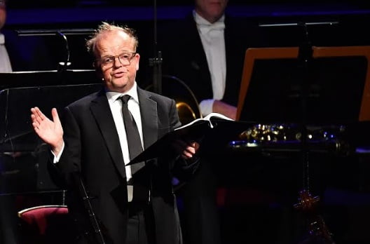 Actor Toby Jones performs alongside Sir Mark Elder and the Hallé Orchestra in Beyond the Score®: a multimedia performance exploring the history and composition of Dvořák's 'New World' Symphony at the BBC PromsPhotograph: Chris Christodoulou / BBC