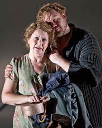 Amanda Roocroft as Ellen Orford & Stuart Skelton as Peter Grimes. ©Clive Barda