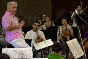 Daniel Barenboim rehearsing with the West-Eastern Divan Orchestra/Manuel Vaca ©2009 perezvaca@gmail.com