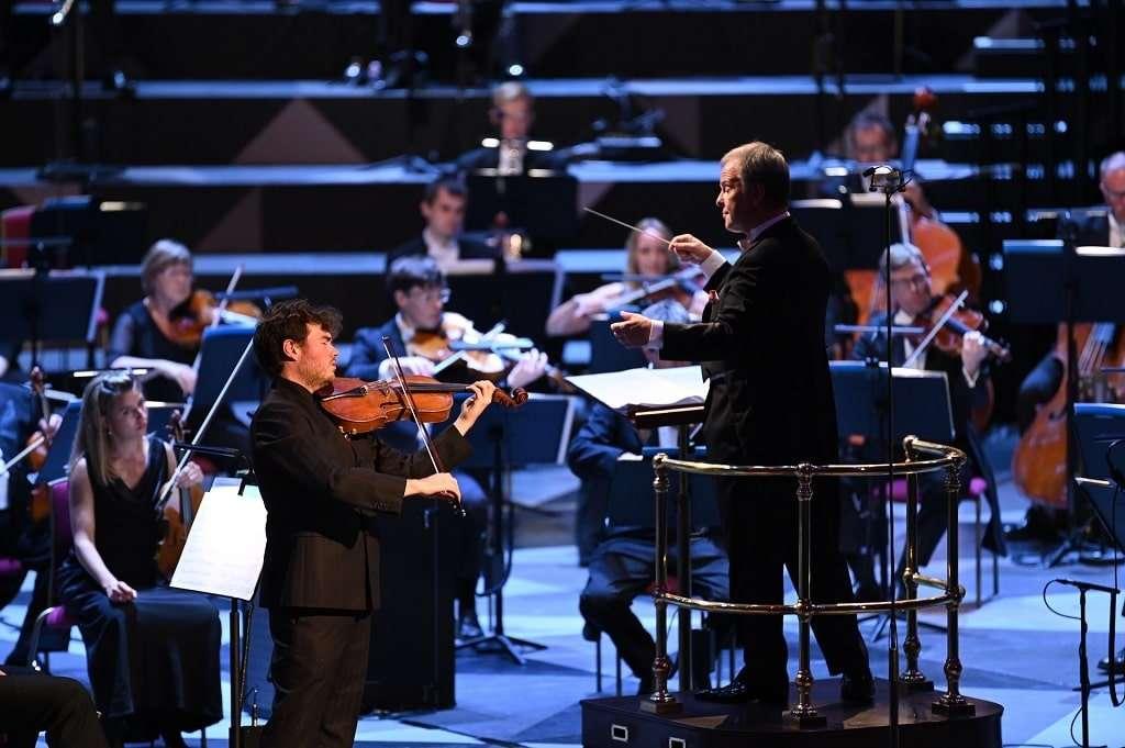 Sakari Oramo conducts William Walton's Viola Concerto with Timothy Ridout at BBC Proms 2021. Photograph: Chris Christodoulou / BBC